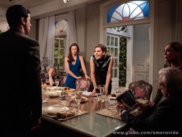 Edith mostra para família inteira as fotos de Félix e Anjinho (Foto: Amor à Vida / TV Globo)