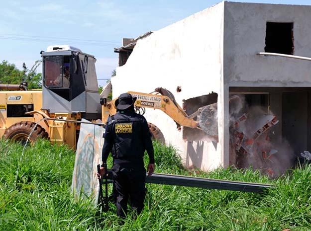 Derrubada de construções irregulares na Reserva G da Gleba 3 do Incra 7, na zona rural de Brazlândia, em Brasília (Foto: Gabriel Jabur/Agência Brasília)
