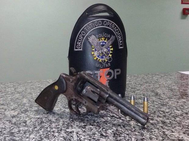 Arma apreendida junto com homem que tentou se passar pelo irmão para evitar prisão no DF (Foto: Polícia Militar/Divulgação)