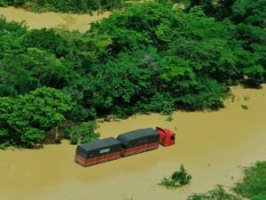 A via que liga o município de São Domingos do Norte a Colatina ficou completamente tomada pela água (Foto: Carlos Alberto Silva/ A Gazeta)