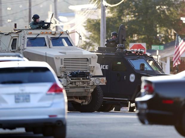 Policiais e integrantes da SWAT cercam uma casa onde acreditavam que Bradley William Stone estava escondido, em Pennsburg, na Pensilvânia  (Foto: AP Photo/Matt Rourke)