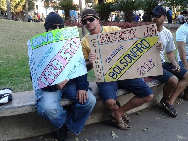 Manifestantes mostram cartazes durante protesto em Cuiabá (Foto: André Souza/G1)