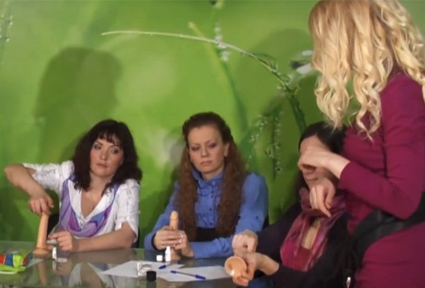Sexóloga Katherine Lyubimov ministra curso de sexo oral para alunas (Foto: YouTube/Reprodução/sexrfru)