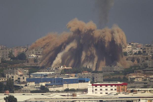 Fumaça é vista após um ataque israelense na Faixa de Gaza nesta quarta-feira (9) (Foto: Ariel Schalit/AP)