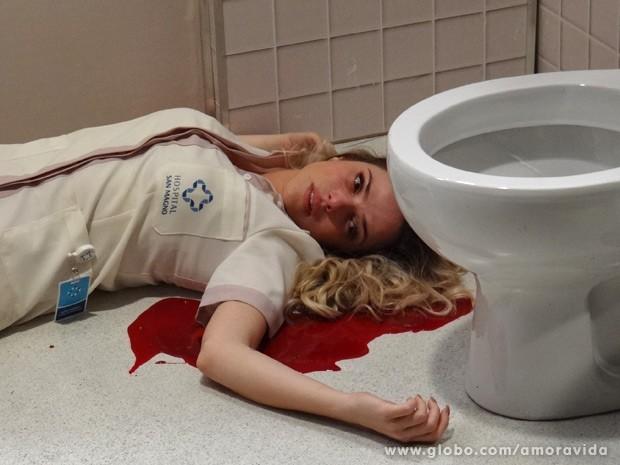 Elenice bate com a cabeça na privada e morre (Foto: Amor à Vida / TV Globo)