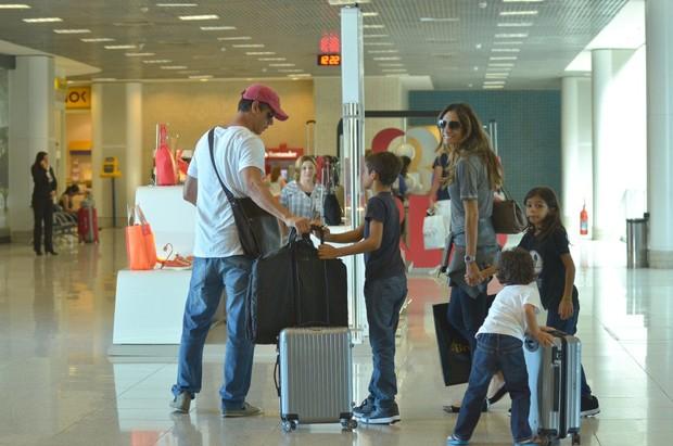 Marcio Garcia embarca com a família (Foto: FotoRioNews / William Oda)