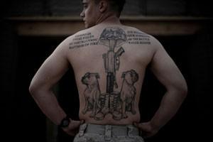 Maurício fotografou as tatuagens e o 'culto ao corpo' entre militares ocidentais no Afeganistão (Foto: Mauricio Lima)