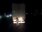 Ciclista e adolescente se arriscam em rodovia (Reprodução/TV Anhanguera)