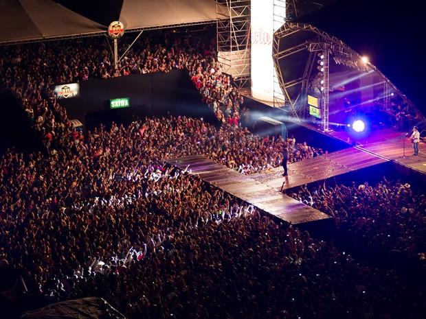 Mesmo com garoa, penúltimo show do Ribeirão Country Fest 2014 permaneceu lotado até o fim (Foto: Érico Andrade/G1)