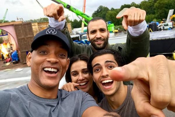 Will Smith reúne elenco para foto no set de Aladdin (Foto: Reprodução)