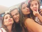 Flávia Alessandra e as filhas fazem selfie com Otaviano Costa: 'Família'
