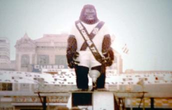 Torcedor relembra personagem King Kong de 1977 com uniforme da Ponte