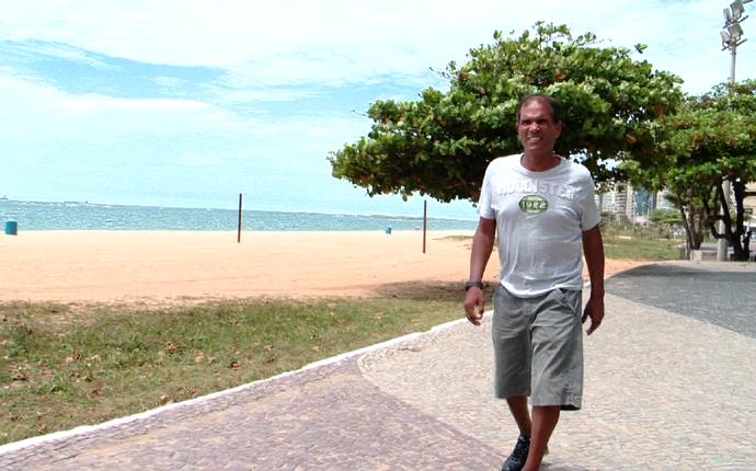 Geovani Silva caminha pela orla da Praia da Costa, em Vila Velha (Foto: Reprodução/TV Gazeta)