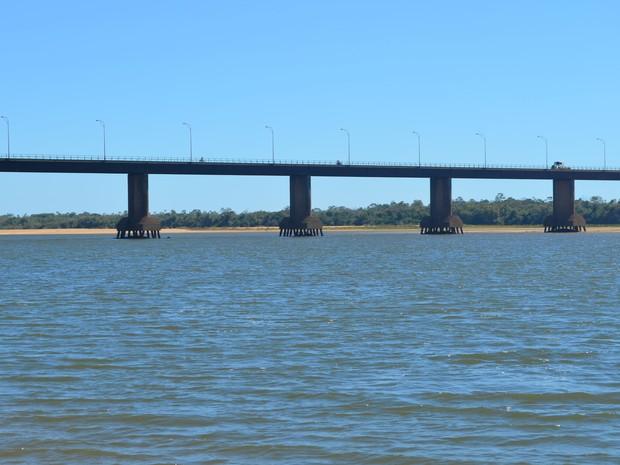 Sobre a Ponte dos Macuxi, no Rio Branco, é possível ver a estrutura que sustenta os pilares (Foto: Inaê Brandão/G1 RR)