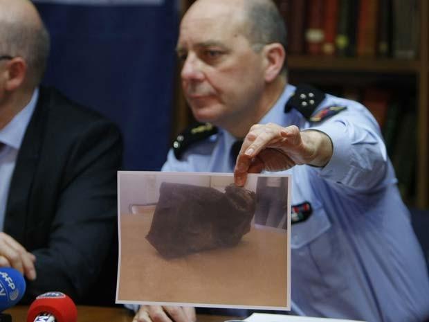 O general David Galtier mostra uma foto da segunda caixa-preta do avião da Germanwings encontrada nesta quinta-feira (2) nos alpes franceses (Foto: AP Photo/Claude Paris)