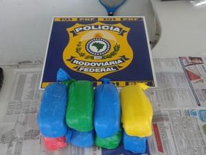 Quase 8kg de cocaína foram encontradas em carro que seguia para Araguaína (Foto: PRF Tocantins/Divulgação)