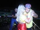 Ex-BBBs Aline e Fernando dançam agarradinhos em micareta