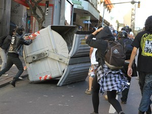 Grupo depredou conteiner em Porto Alegre (Foto: Foto: Itamar Aguiar/Futura Press/Estadão Conteúdo)