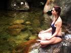 Carnaval zen: Letícia Spiller posta foto meditando em cima de pedra de rio
