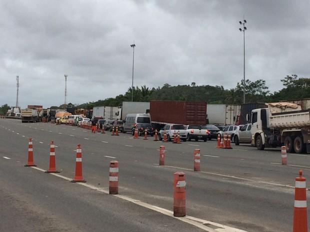 Congestionamento na Via Parafuso (Foto: Dalton Soares/TV Bahia)