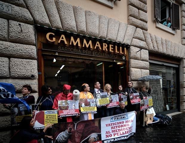 Ativistas pró-direitos animais protestam contra alfaiate papal nesta sexta-feira (8) (Foto: AFP)