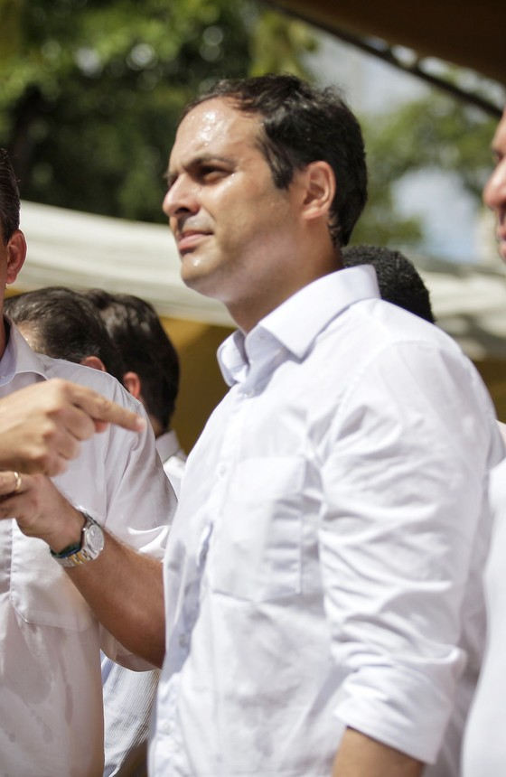 Eduardo Campos aponta Paulo Câmara. Ao lado dele, Fernando Bezerra Coelho, candidato a senador (Foto: PSB)