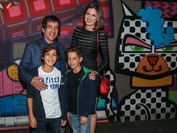 Ricardo Almeida com a mulher Daniane Meuer e os filhos, Ricardinho e Arthur, em festa em São Paulo (Foto: Manuela Scarpa/ Foto Rio News)