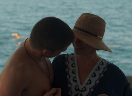 Elisa se envolve com homem mais novo após incentivo de Isabela