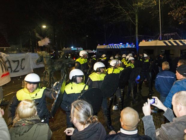 Uma manifestação contra um projeto de centro de recepção para refugiados provocou distúrbios na quarta-feira (16) em (Foto: Jeroen Jumelet/ANP/AFP)