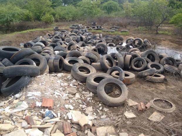 Pneus abandonados na estrada da Tapera (Foto:  Paulo Henrique Cavalcante/arquivo pessoal)