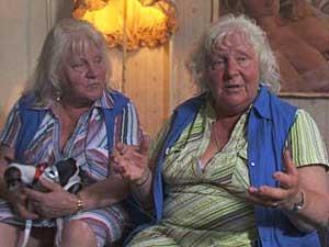 As gêmeas idênticas Louise e Martine Fokken, de 70 anos. (Foto: BBC)
