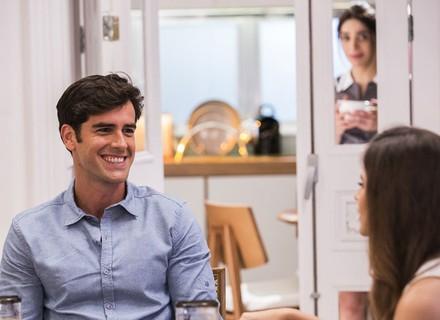 Felipe fala com Cris sobre Shirlei, que ouve e fica feliz da vida