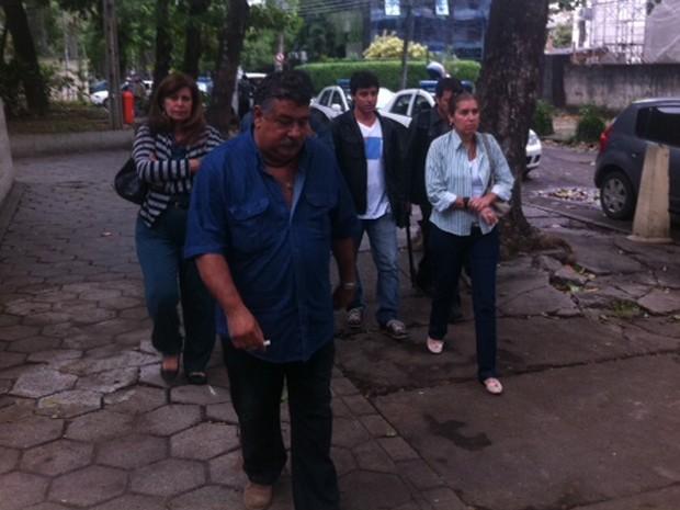 Pais e irmão de Partícia na saída da Divisão de Homicídios nesta sexta (Foto: Rodrigo Vianna/G1)