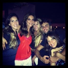 Ivete Sangalo com o marido, Daniel Cady, e com as cunhadas em festa em Salvador, na Bahia (Foto: Instagram/ Reprodução)