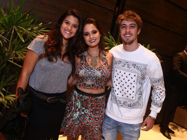 Giulia Costa, Amanda de Godoi e Eike Duarte em festa na Zona Oeste do Rio (Foto: Raphael Mesquita/ Divulgação)