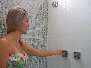 Na casa de Luciane, água quente sai quando a torneira do lado esquerdo é acionada (Foto: Krystine Carneiro/G1)