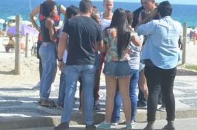 Justin Bieber e assédiado em Praia de Ipanema no Rio de Janeiro (Foto: Webert Belicio  / Divulgação )