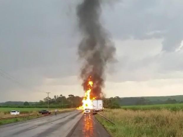 Caminhão tanque carregado com etanol pegou fogo após colisão (Foto: Reprodução/EPTV)