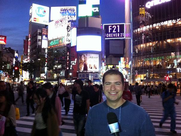 Apresentador do Globo Universidade, Paulo Mario Martins grava em um movimentado cruzamento de ruas no bairro de Shibuya, em Tóquio (Foto: Divulgação)