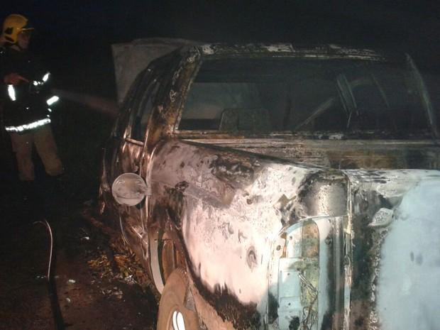 Chamas começaram pelo ar do carro, segundo relato do motorista (Foto: Corpo de Bombeiros/Divulgação)