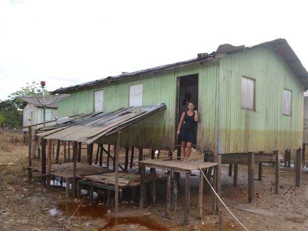 Mulher diz que a casa ficou completamente torta após ser atingida pela cheia do Rio Juruá  (Foto: Adelcimar Carvalho/G1)