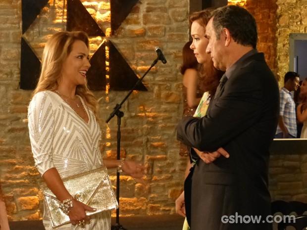 Shirley faz fofoca e conta de separação de Laerte (Foto: Em Família/TV Globo)