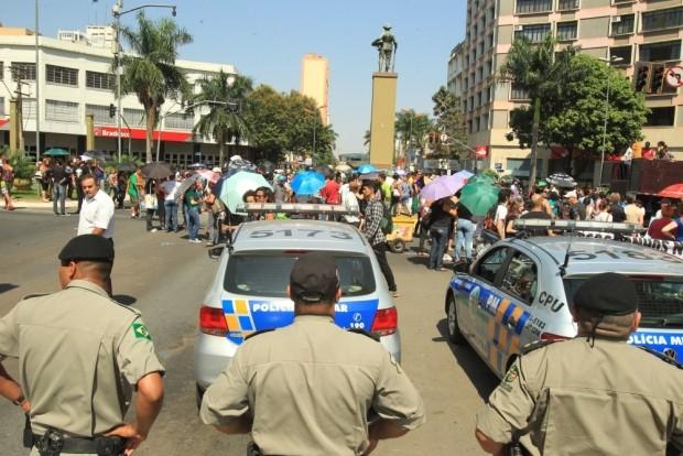 Manifestantes fecham cruzamento das avenidas Goiás e Anhanguera, em Goiânia (Foto: Diomício Gomes/ O Popular)