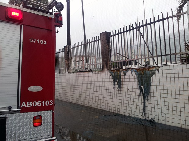 Fogo atinge banheiros químicos em CT do Santos (Foto: Lincoln Chaves/G1)