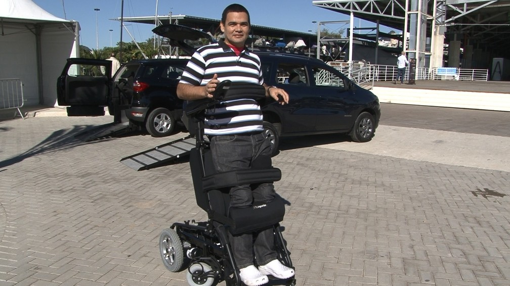 Cadeira de rodas deixa o deficiente em pé novamente. (Foto: Miguel Folco / G1)