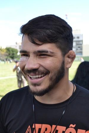 Erick Silva sorri ao ser questionado se encararia os grandalhões do futebol americano (Foto: Sidney Magno Novo/GloboEsporte.com)