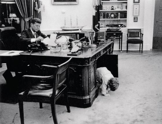 S ta n l e y T r e t i c k A clássica imagem de John John brincando na mesa do pai na Casa Branca. Kennedy foi precursor em mostrar um presidente como americano comum (Foto: Estate of Stanley Tretick LLC/Corbis via Getty Images)