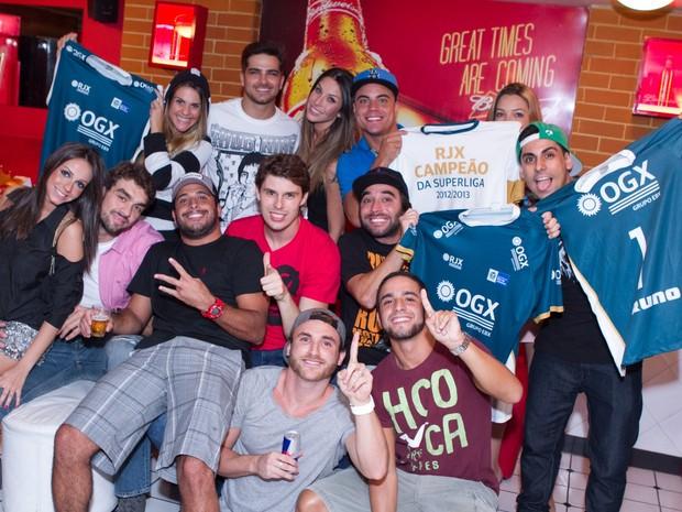 Bruno Rezende e Lucão com amigos famosos como Lívia Lemos, Lizzi Benites e Bernardo Mesquita em bar no Rio (Foto: Raphael Mesquita/ Divulgação)