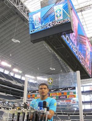 Thiago Silva telão Dallas (Foto: Márcio Iannacca/GLOBOESPORTE.COM)
