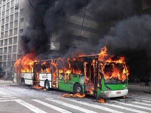 Ônibus foi incendiado no cruzamento em frente ao Theatro Municipal, no Centro de São Paulo, durante confronto em reintegração de posse (Foto: Caio Prestes/G1)